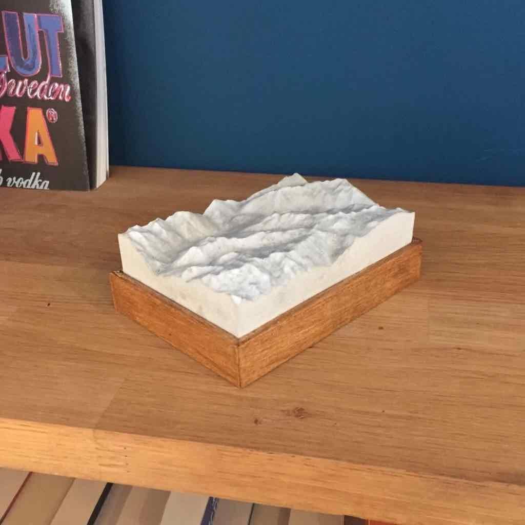 Dieses Bild zeigt ein Foto eines 3D Bergmodell oder Gebirgsmodell bzw. Landschaftsmodell vom Alpen-Skigebiet Sölden. Inhaber: Bergreliefs.de-Shop. Bergreliefs fertigt Modell von Alpen, Berg und Gebirge sowie Gebirgsmodell, 3D Modell, Bergrelief und Bergmodell.