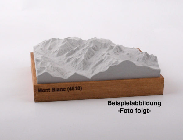 Dieses Bild zeigt ein Foto eines 3D Bergmodell oder Gebirgsmodell bzw. Landschaftsmodell vom Alpen-Skigebiet Zugspitze. Inhaber: Bergreliefs.de-Shop. Bergreliefs fertigt Modell von Alpen, Berg und Gebirge sowie Gebirgsmodell, 3D Modell, Bergrelief und Bergmodell.